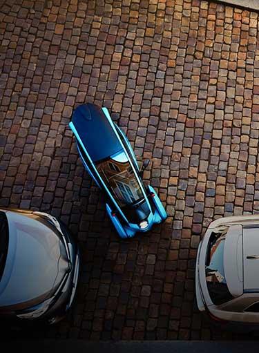 即便是两台车之间很窄的空隙,深蓝色的i-ROAD也可以灵活进入